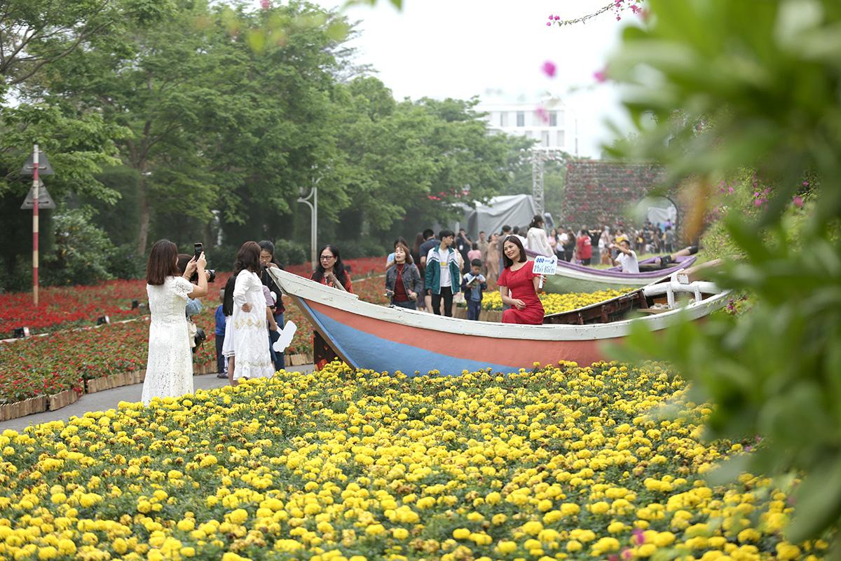 Hàng vạn người đổ về Sầm Sơn dự lễ hội hoa, độ hot của phố biển là đây chứ đâu - Ảnh 3.