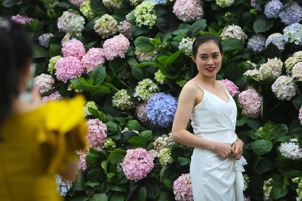 Hàng vạn người đổ về Sầm Sơn dự lễ hội hoa, độ hot của phố biển là đây chứ đâu - Ảnh 4.