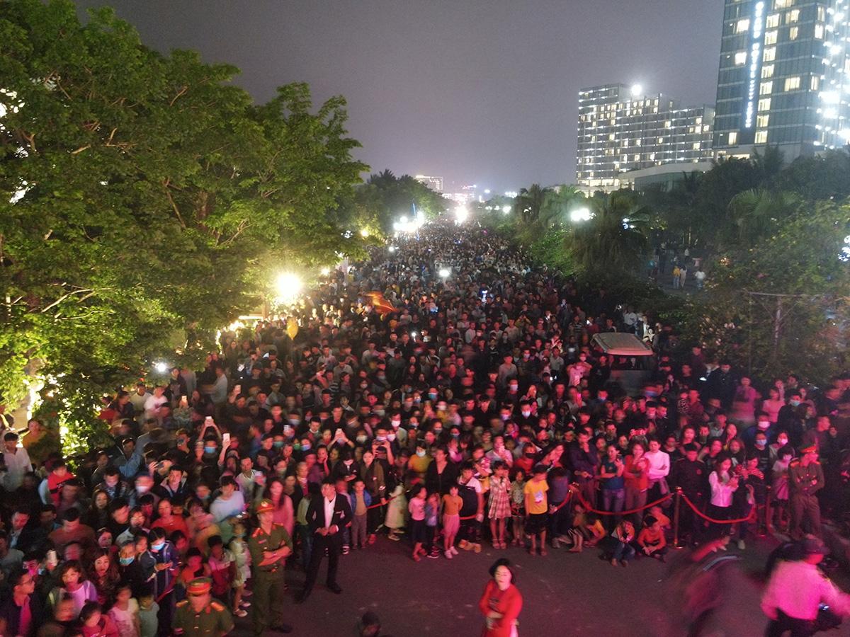 Hàng vạn người đổ về Sầm Sơn dự lễ hội hoa, độ hot của phố biển là đây chứ đâu - Ảnh 5.