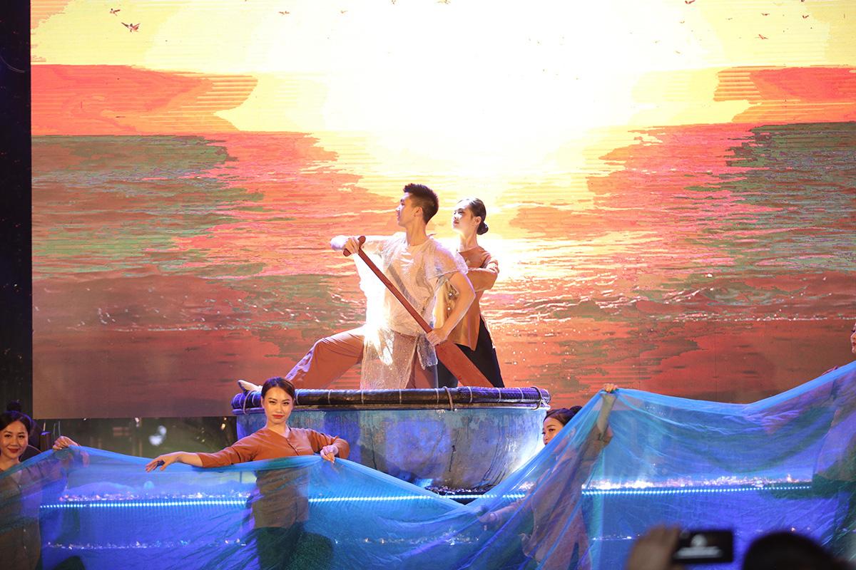 Hàng vạn người đổ về Sầm Sơn dự lễ hội hoa, độ hot của phố biển là đây chứ đâu - Ảnh 8.