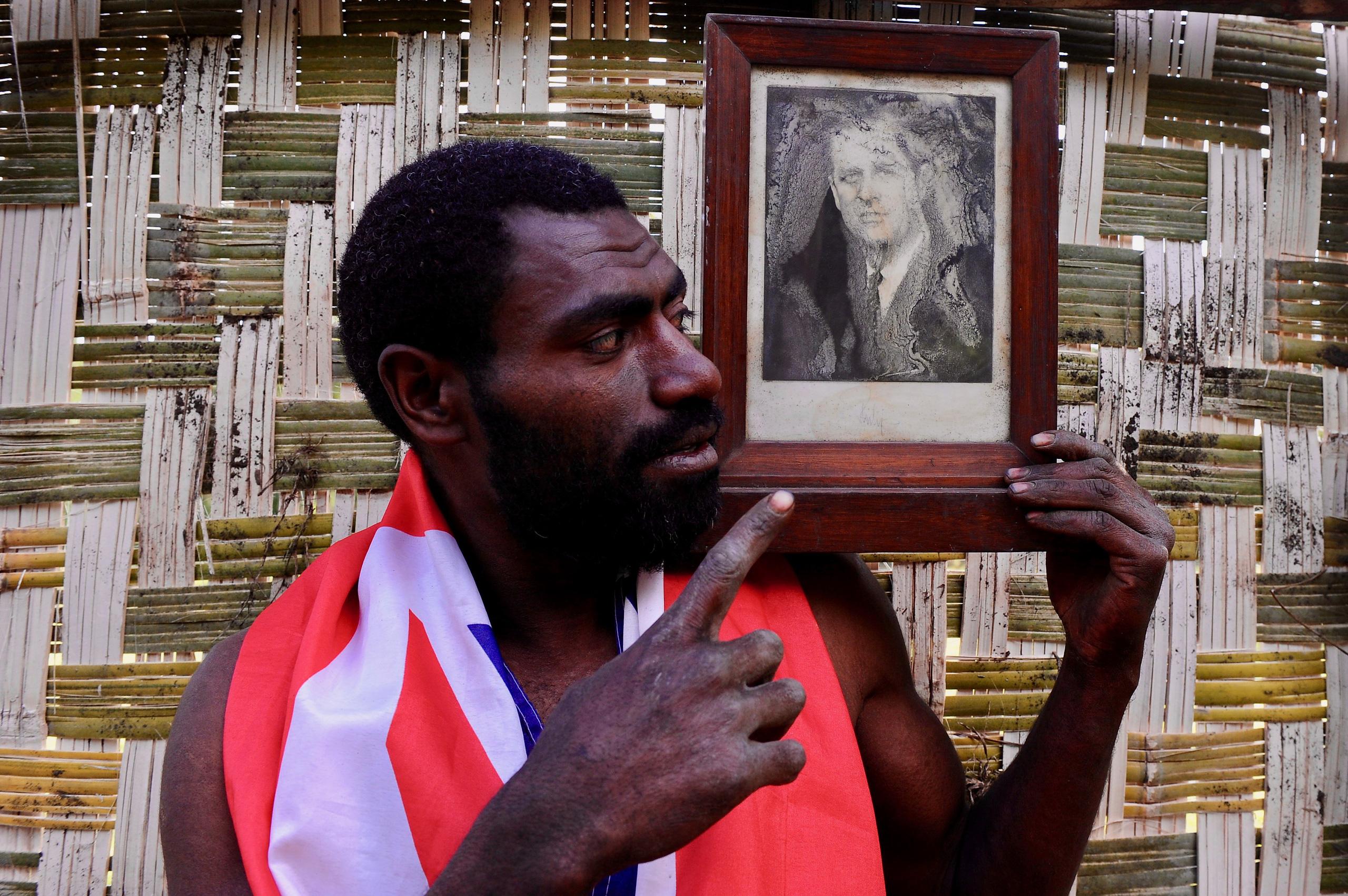 Kỳ lạ bộ lạc sống trên đảo xa tôn thờ cố Hoàng thân Philip, quyết định để tang khi hay tin ông qua đời - Ảnh 5.