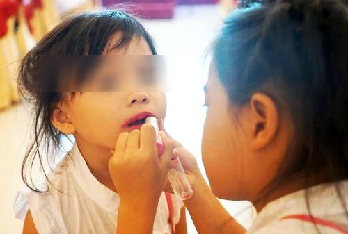 Cho trẻ đánh phấn son, sơn móng tay: Nguy cơ rối loạn nội tiết, dậy thì sớm, thậm chí là ung thư - Ảnh 1.