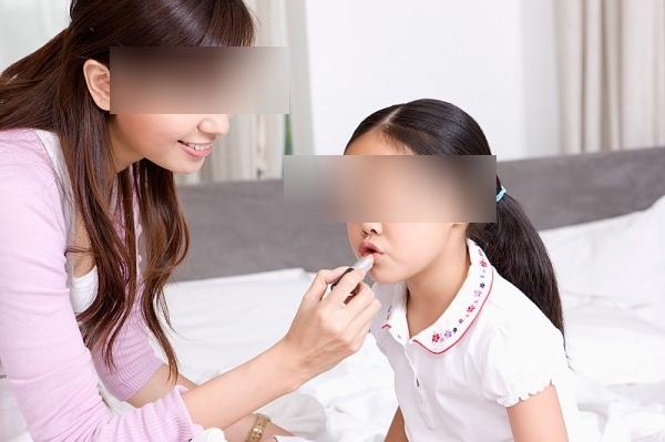 Cho trẻ đánh phấn son, sơn móng tay: Nguy cơ rối loạn nội tiết, dậy thì sớm, thậm chí là ung thư - Ảnh 5.