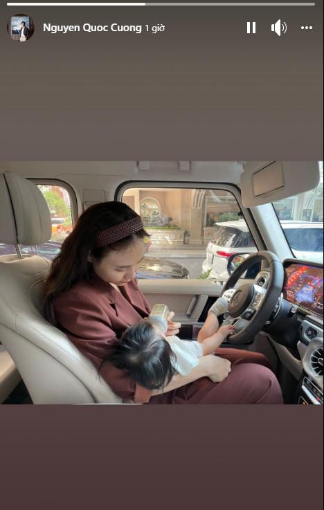 Cường Đô La tiết lộ hình ảnh Đàm Thu Trang đang lái xe vẫn tranh thủ dừng để cho con uống sữa - Ảnh 2.