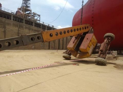 Xe nâng đưa công nhân lên sơn tàu bất ngờ bị lật ở độ cao 25m khiến 3 người thương vong - Ảnh 1.