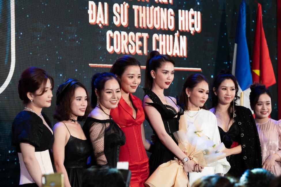 Ngọc Trinh và NTK Tiến Truyển lần đầu hợp tác cho ra đời những mẫu corset thời trang dành cho phái đẹp - Ảnh 1.