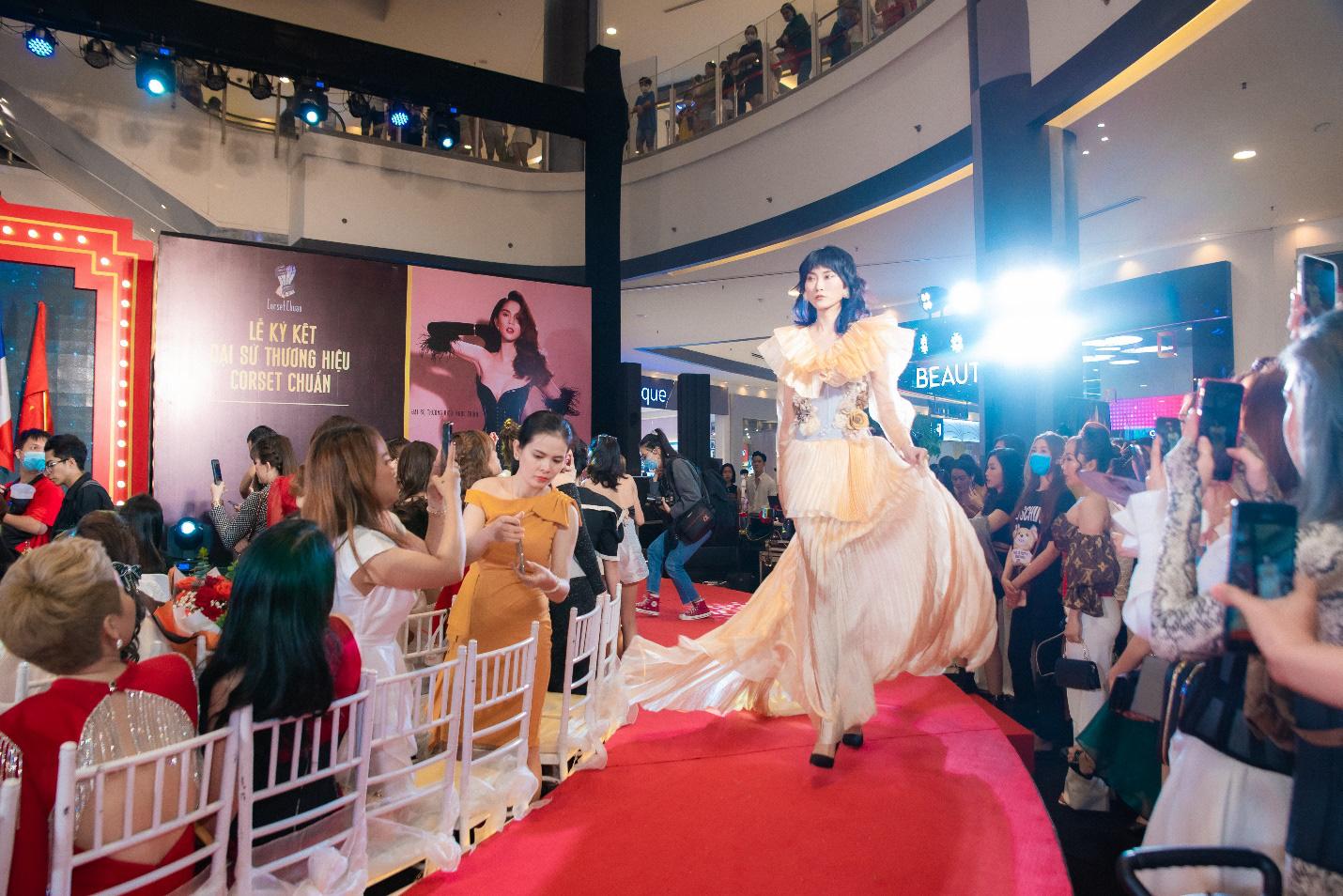 Ngọc Trinh và NTK Tiến Truyển lần đầu hợp tác cho ra đời những mẫu corset thời trang dành cho phái đẹp - Ảnh 5.