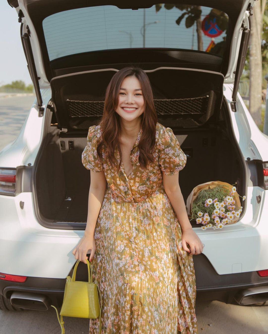 Thanh Hằng diện cả loạt đồ bình dân giá rẻ, từ váy hoa điệu đà đến suit công sở đều max xinh - Ảnh 5.