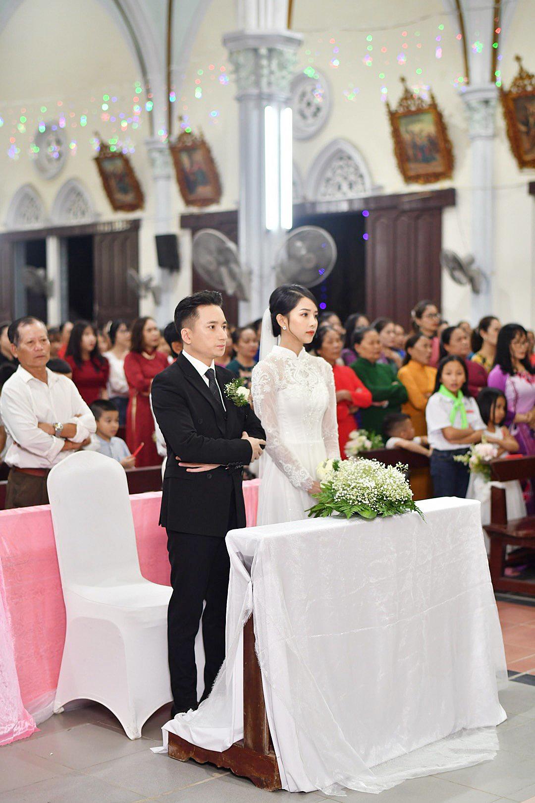 Bóc áo dài cưới của vợ Phan Mạnh Quỳnh: Đính tới 8000 viên đá swarovski đắt tiền, đai corset làm nổi vòng 2 siêu thực của cô dâu - Ảnh 4.