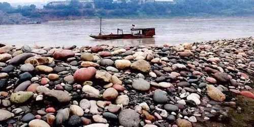"""Ngôi làng ẩn chứa""""báu vật"""" ở đáy sông, chỉ cần nhặt đại một cục đá cuội đem bán cũng đủ tiền mua xe, sửa nhà - Ảnh 2."""