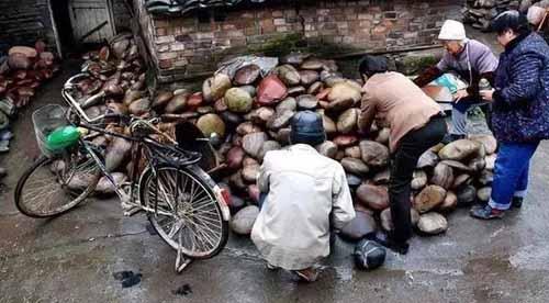 """Ngôi làng ẩn chứa""""báu vật"""" ở đáy sông, chỉ cần nhặt đại một cục đá cuội đem bán cũng đủ tiền mua xe, sửa nhà - Ảnh 4."""
