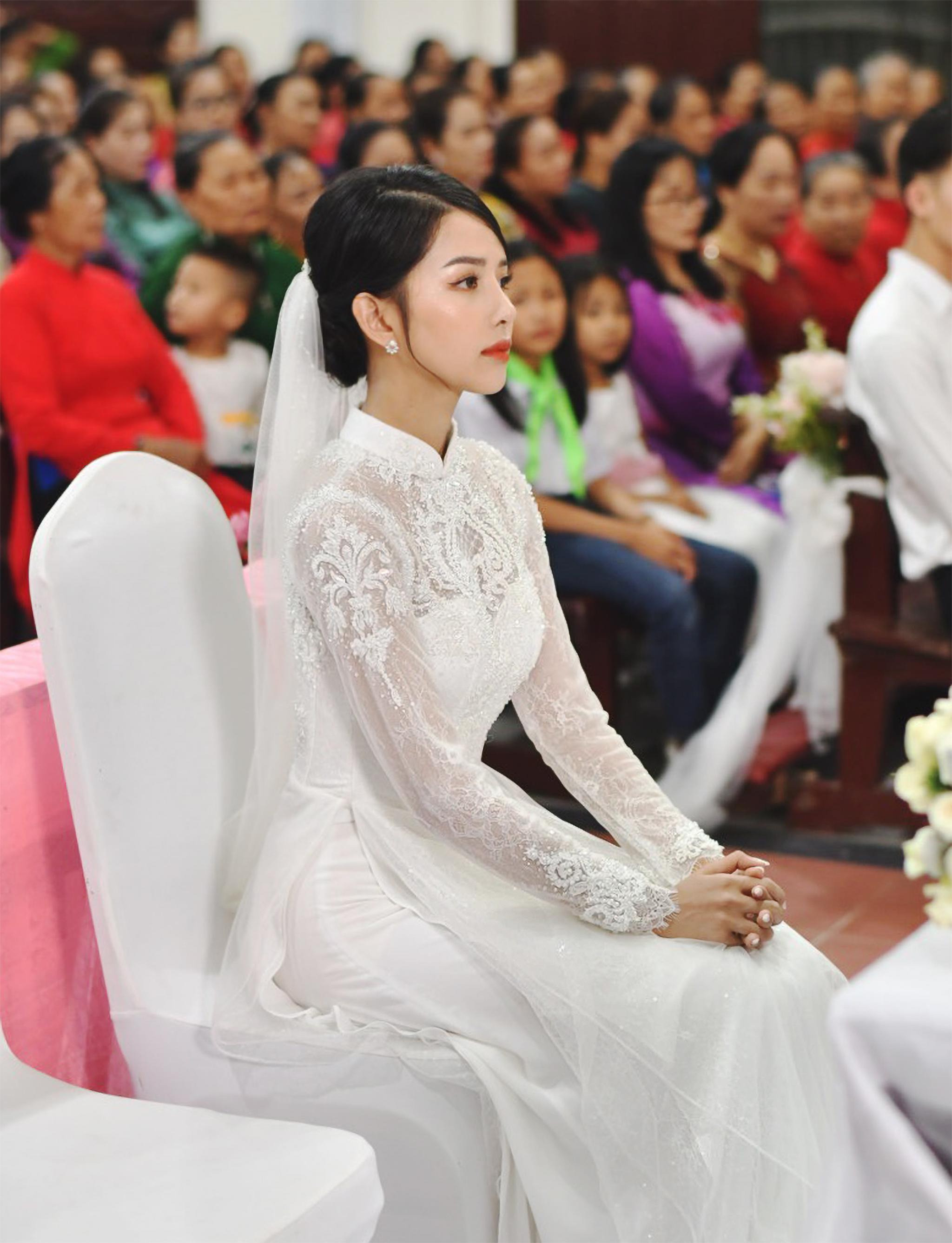 Bóc áo dài cưới của vợ Phan Mạnh Quỳnh: Đính tới 8000 viên đá swarovski đắt tiền, đai corset làm nổi vòng 2 siêu thực của cô dâu - Ảnh 1.