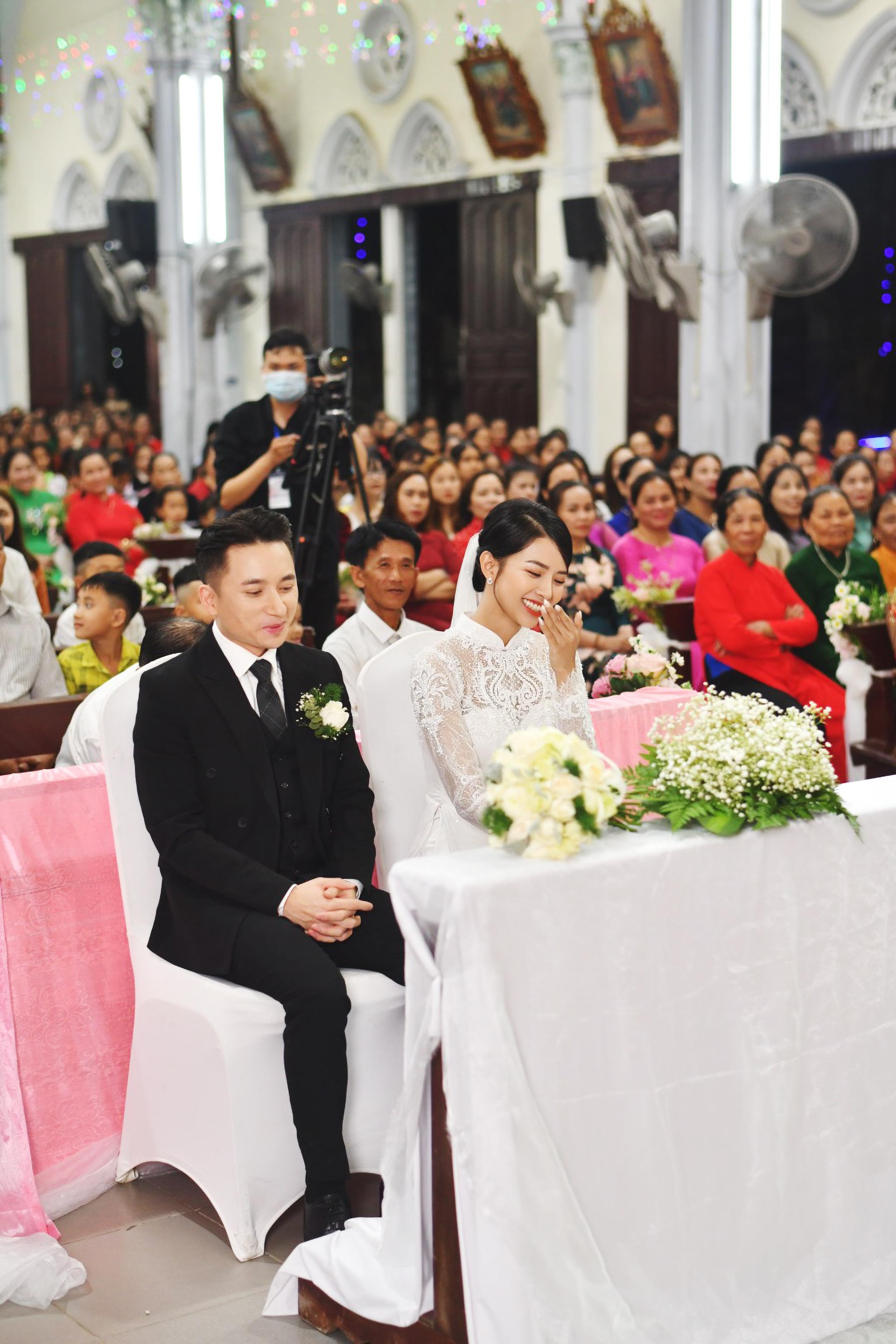 Bóc áo dài cưới của vợ Phan Mạnh Quỳnh: Đính tới 8000 viên đá swarovski đắt tiền, đai corset làm nổi vòng 2 siêu thực của cô dâu - Ảnh 5.