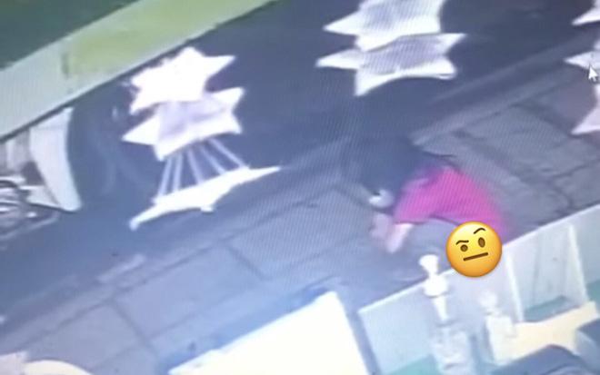 Bé gái vô tư đi vệ sinh trước cửa hàng ăn, cách xử lý của bố mẹ sau đó khiến cả nhân viên lẫn cư dân mạng bức xúc cực độ