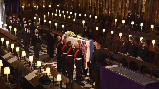 Không về dự tang lễ, Meghan từ Mỹ gửi tặng vòng hoa cho Hoàng tế Philip, đặc biệt còn kèm bức thư viết tay  - Ảnh 2.