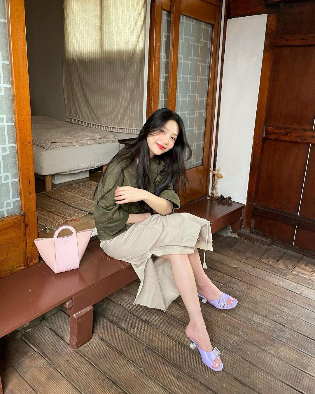 Check nhanh 9 cách diện áo blouse đẹp mê từ sao Hàn, đang bí ý tưởng lên đồ quẩy cuối tuần thì xem ngay! - Ảnh 4.