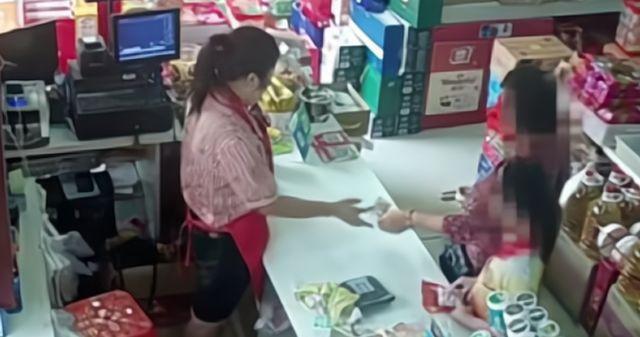 Bé trai bị bắt quả tang ăn trộm trong siêu thị, bảo vệ chạy lại khám xét, món đồ được lôi ra khiến người xung quanh nín lặng - Ảnh 2.