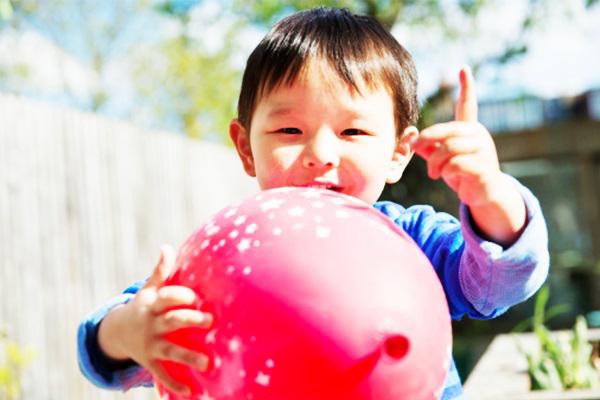 Bé trai 11 tháng tuổi tử vong sau khi ngậm một quả bóng bay trong miệng lúc mẹ đang nấu cơm - Ảnh 4.