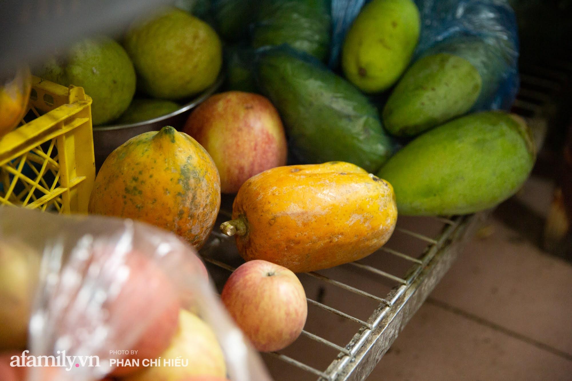 Quán chè hoa quả mix caramen nằm trong ngõ sâu của đôi vợ chồng già cùng nhau bán 20 năm, bí quyết dù đắt đỏ nhưng lại bán giá rẻ đến không ngờ - Ảnh 10.