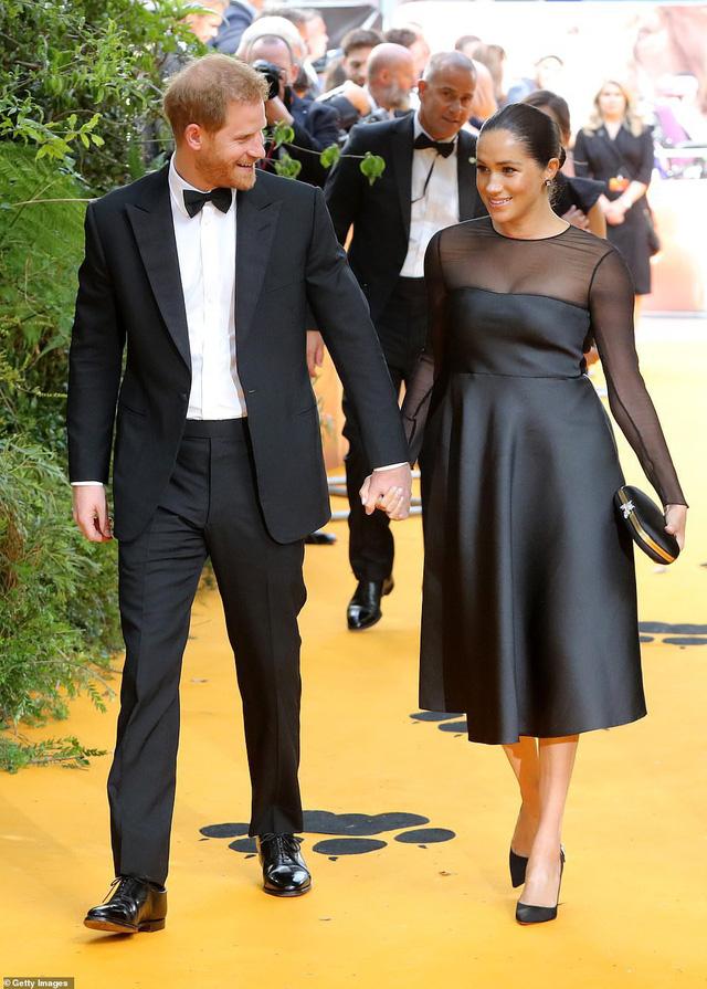 12 bộ đầm đen gây bão Hoàng gia Anh: Ngoài những sự kiện quan trọng thì hai cô con dâu thua hết mẹ chồng ở khoản sexy o ép vòng 1 - Ảnh 13.