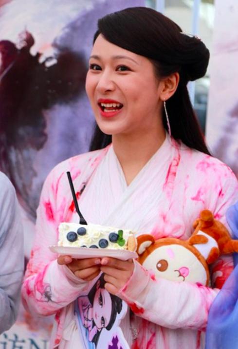 Dương Tử đăng ảnh mẹ đóng phim, netizen kêu gào về nhan sắc và lôi cả chuyện phẫu thuật thẩm mỹ ra mắng - Ảnh 8.