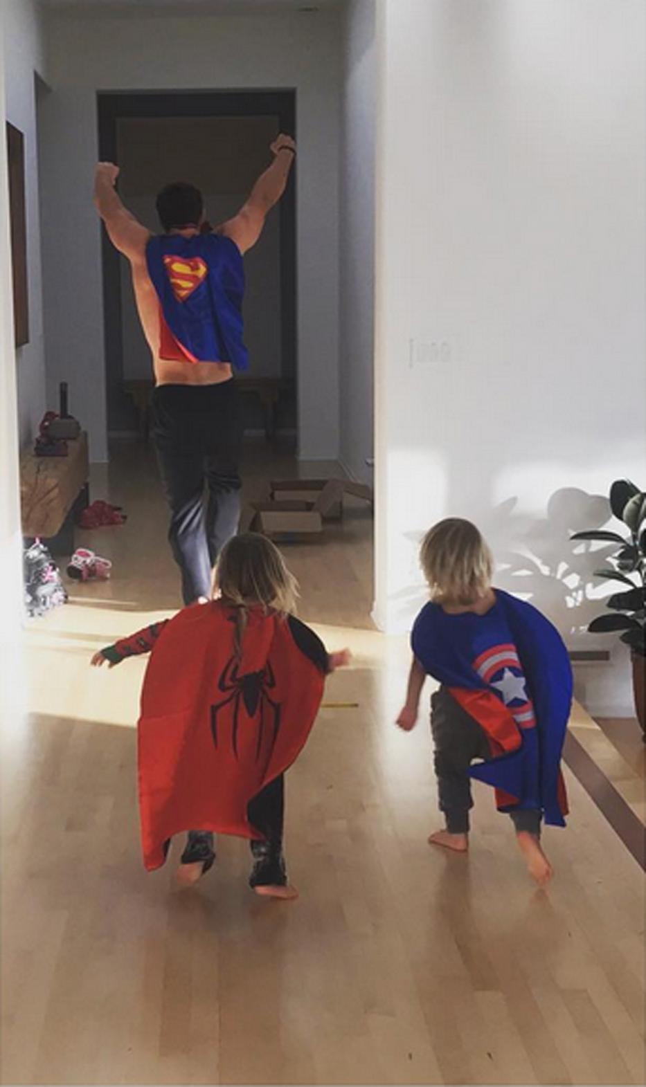 Thái cực đối lập của 2 thánh cơ bắp Hollywood khi chăm con: The Rock hóa bánh bèo, Thor lại cục súc dốc ngược cả con - Ảnh 7.