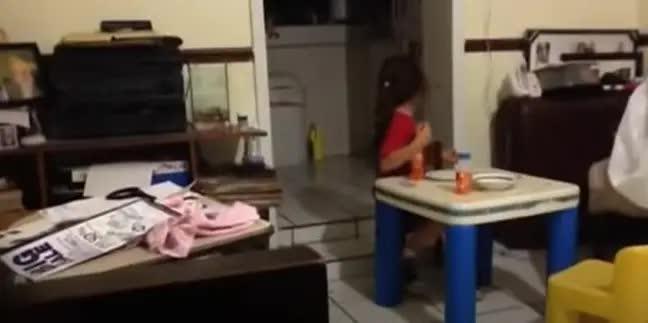 Rùng mình cảnh bé gái bật khóc bỏ chạy khi nhìn vào căn bếp tối đèn, đứa trẻ đối diện ra sức trêu bạn để rồi hét lên trong hoảng loạn - Ảnh 3.