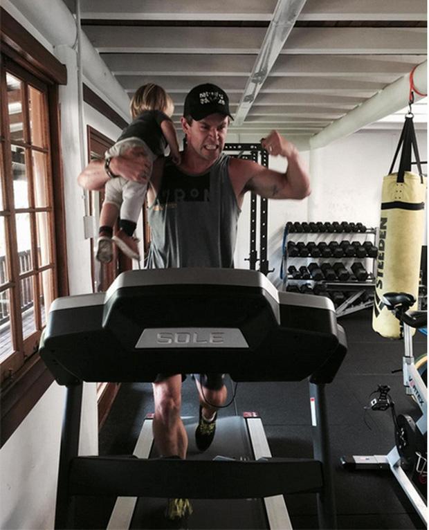 Thái cực đối lập của 2 thánh cơ bắp Hollywood khi chăm con: The Rock hóa bánh bèo, Thor lại cục súc dốc ngược cả con - Ảnh 10.