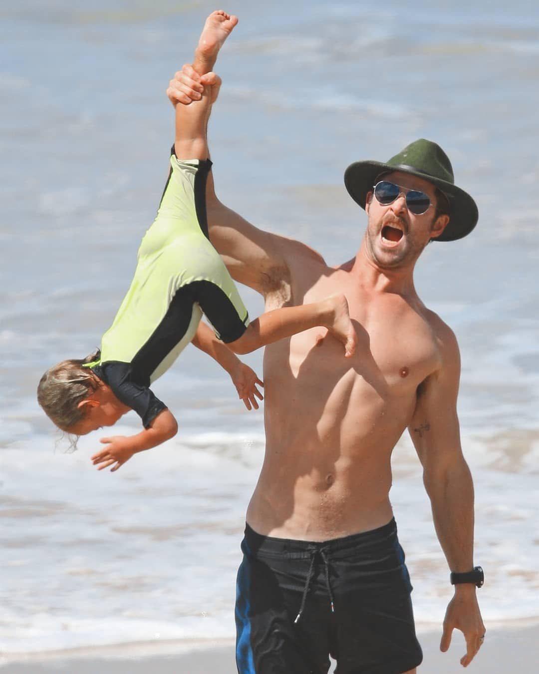 Thái cực đối lập của 2 thánh cơ bắp Hollywood khi chăm con: The Rock hóa bánh bèo, Thor lại cục súc dốc ngược cả con - Ảnh 12.