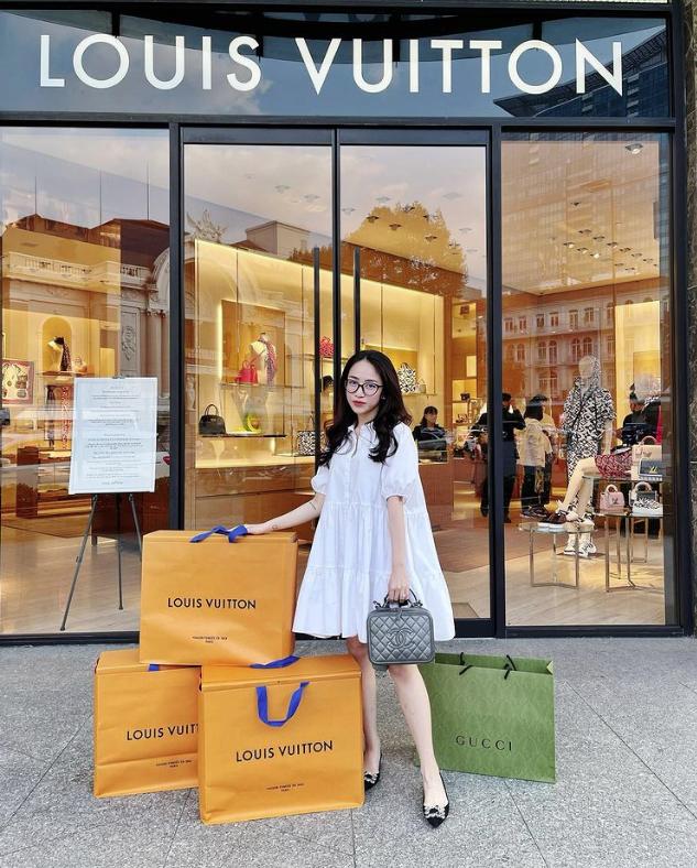 """Rich kid Joyce Phạm khoe thần thái sang chảnh với cả set đồ style Chanel nhưng lại bị góp ý vì """"lỡ"""" phối phụ kiện là túi Hermès  - Ảnh 3."""