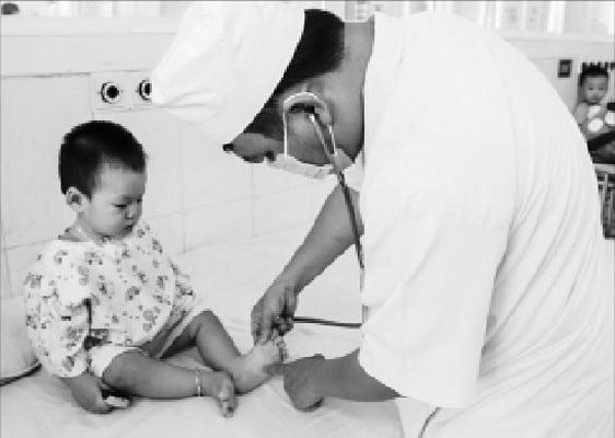 Trẻ mắc tay chân miệng chủ yếu do nuốt phải virus nhưng phòng bệnh không hề khó - Ảnh 1.