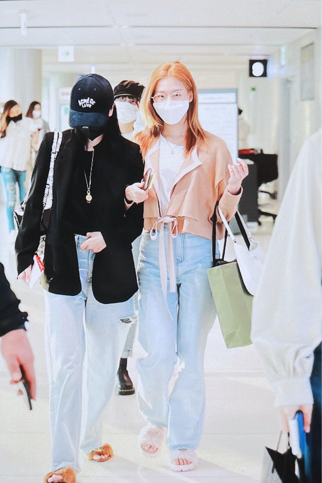 """4 nàng visual của Twice nổi bần bật khi diện cả tá đồ hiệu nhưng đôi dép lông """"bô nhếch"""" mới chiếm spotlight - Ảnh 4."""