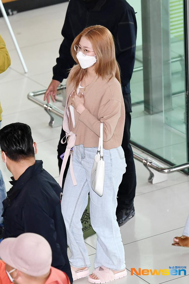 """4 nàng visual của Twice nổi bần bật khi diện cả tá đồ hiệu nhưng đôi dép lông """"bô nhếch"""" mới chiếm spotlight - Ảnh 5."""