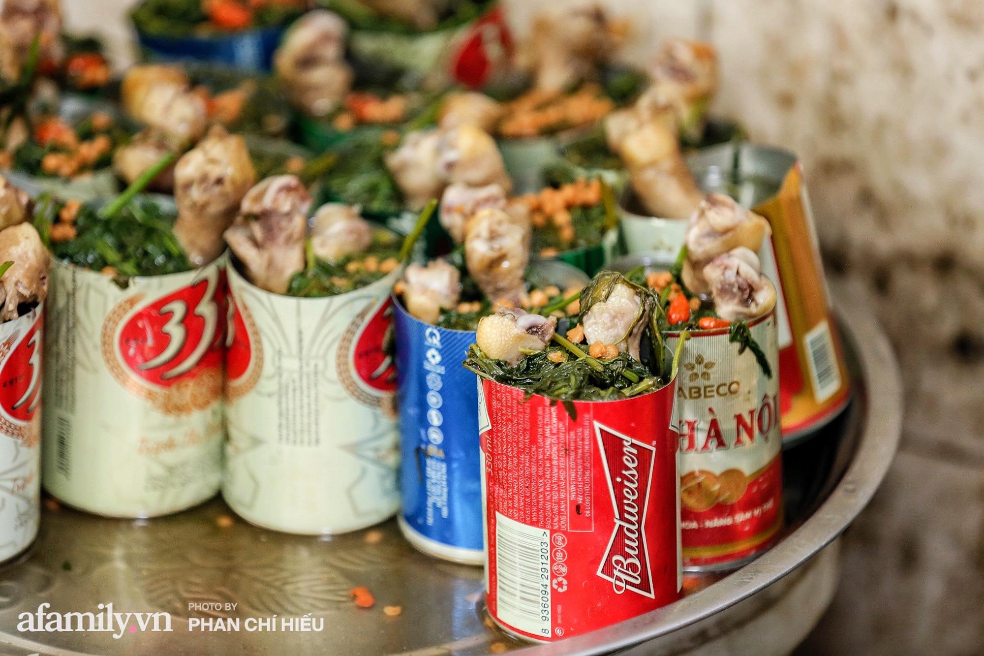 """Quán gà tần nổi tiếng """"ngày bán nghìn suất"""" trên phố An Dương với món tủ là mì gà tần lon bia giá chỉ 25.000 đồng được full topping liệu có tuyệt vời như lời đồn? - Ảnh 1."""