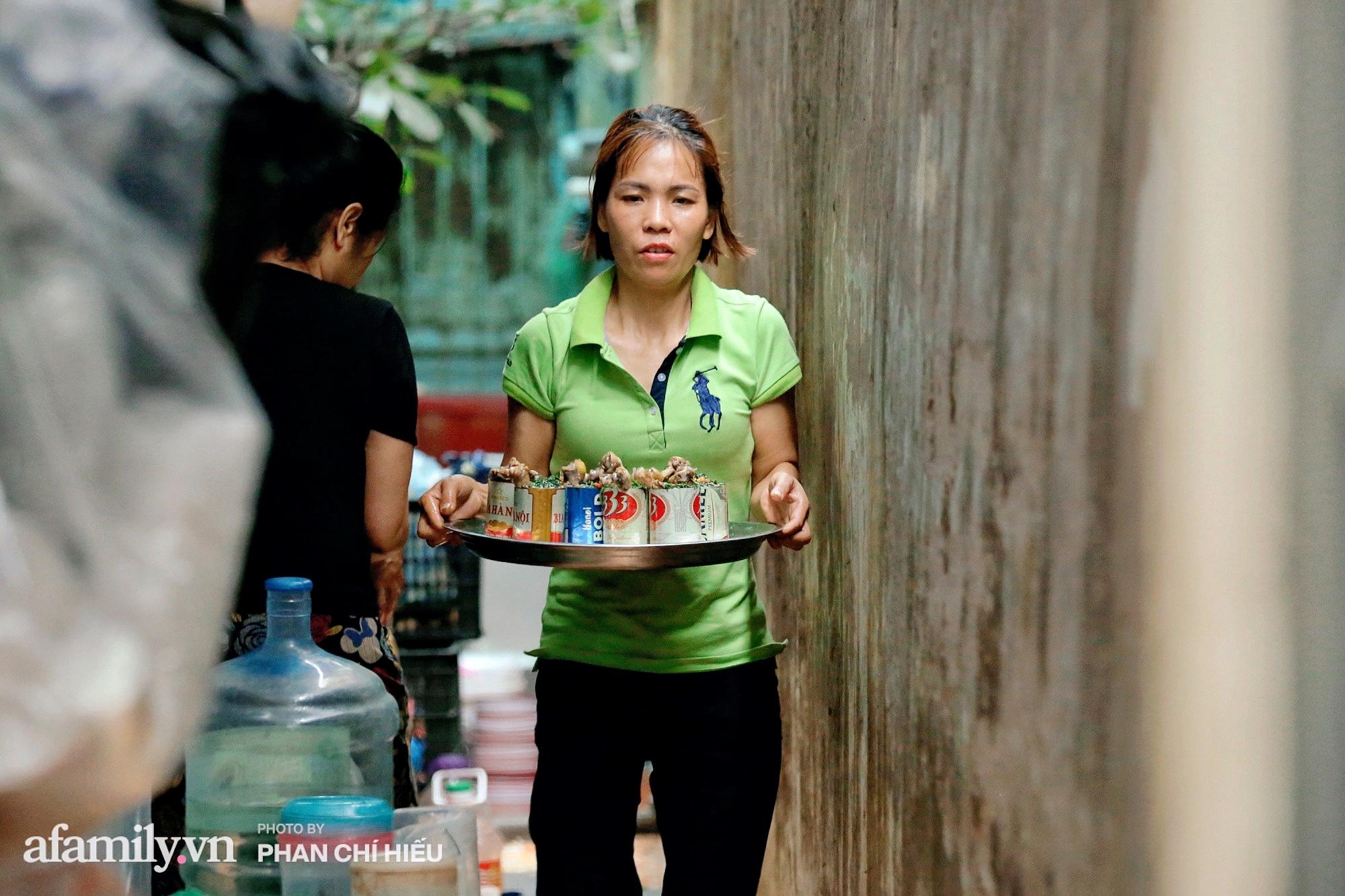 """Quán gà tần nổi tiếng """"ngày bán nghìn suất"""" trên phố An Dương với món tủ là mì gà tần lon bia giá chỉ 25.000 đồng được full topping liệu có tuyệt vời như lời đồn? - Ảnh 4."""