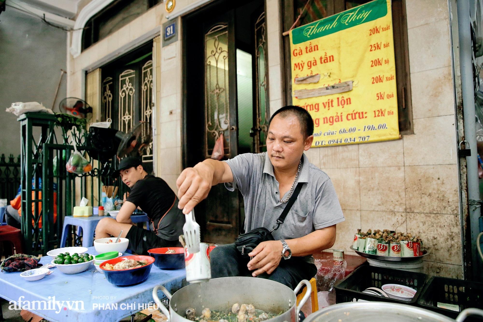 """Quán gà tần nổi tiếng """"ngày bán nghìn suất"""" trên phố An Dương với món tủ là mì gà tần lon bia giá chỉ 25.000 đồng được full topping liệu có tuyệt vời như lời đồn? - Ảnh 2."""