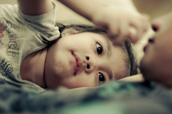 Con gái 12 tuổi vẫn nằm chung giường với bố, nửa đêm xảy ra sự việc, người bố liền ngay lập tức tách phòng - Ảnh 1.