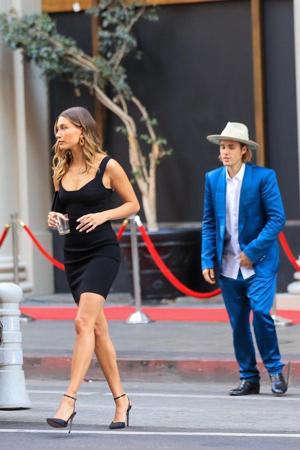 Justin Bieber đi ăn cưới bạn mà gây tranh cãi vì luộm thuộm, vừa đi vừa nốc rượu, kéo sang cô vợ Hailey đã mắt hẳn - Ảnh 2.
