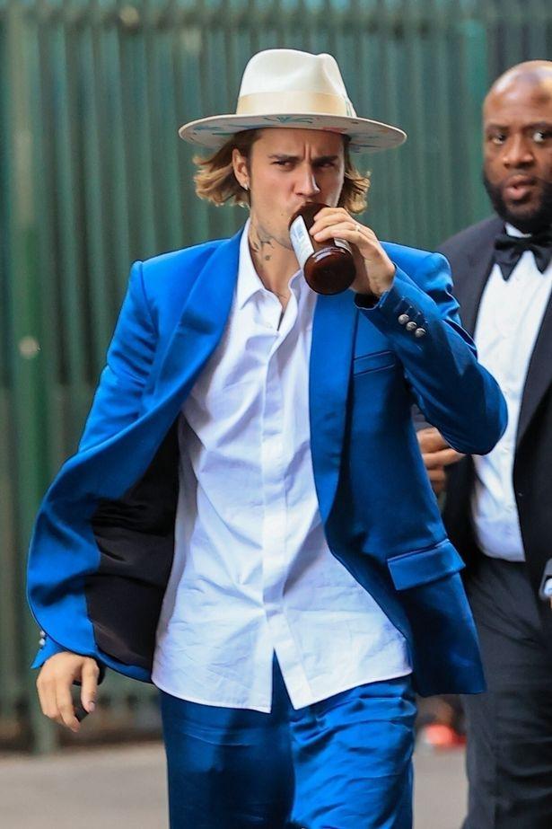 Justin Bieber đi ăn cưới bạn mà gây tranh cãi vì luộm thuộm, vừa đi vừa nốc rượu, kéo sang cô vợ Hailey đã mắt hẳn - Ảnh 3.