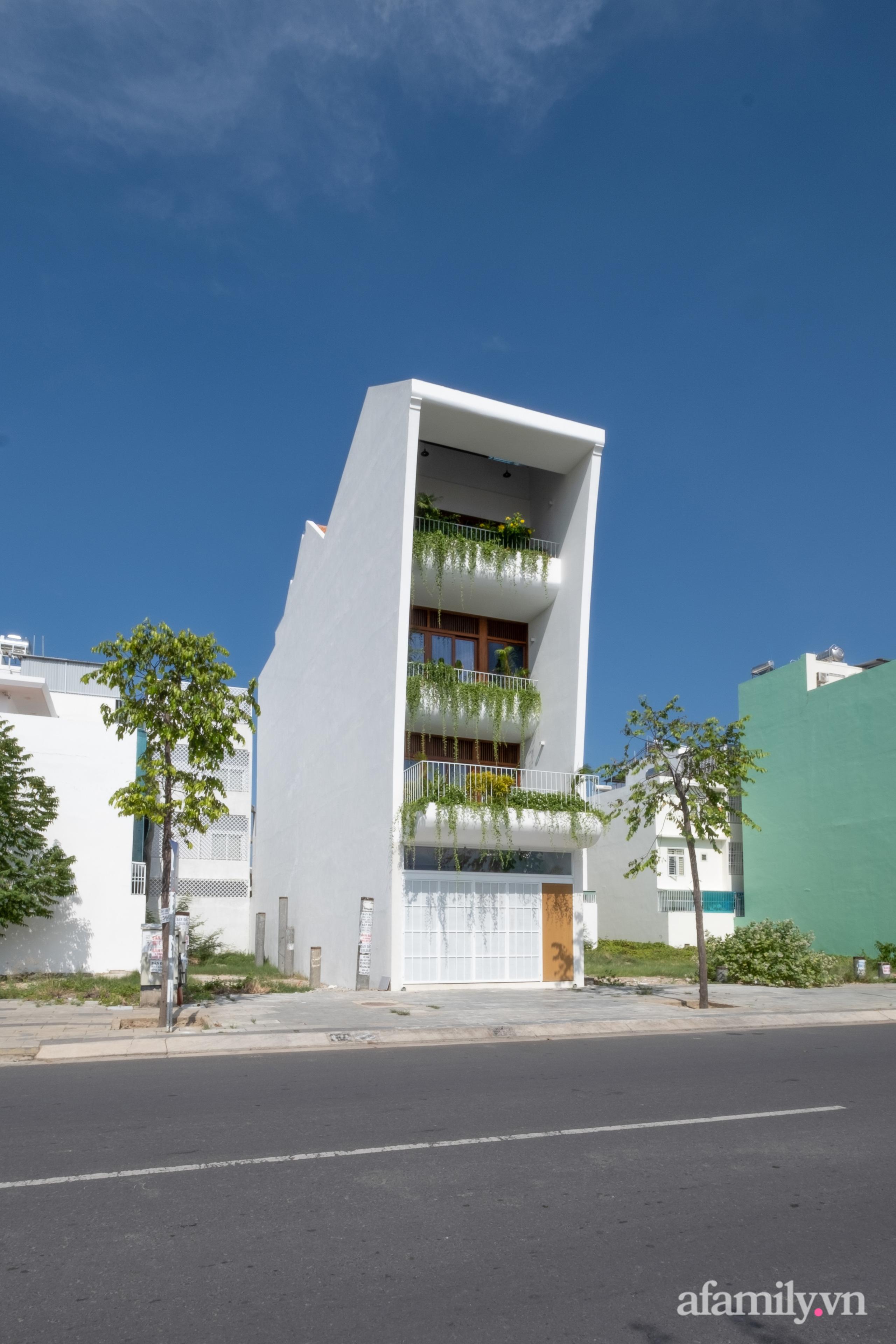 Nhà phố hướng Tây vẫn mát mẻ không cần điều hòa nhờ thiết kế gần gũi với thiên nhiên ở Nha Trang - Ảnh 2.