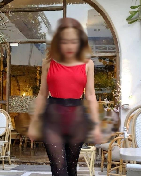 Người phụ nữ thả rông đi khắp nơi tiếp tục khiến nhiều người nhức mắt, đỏ mặt 006