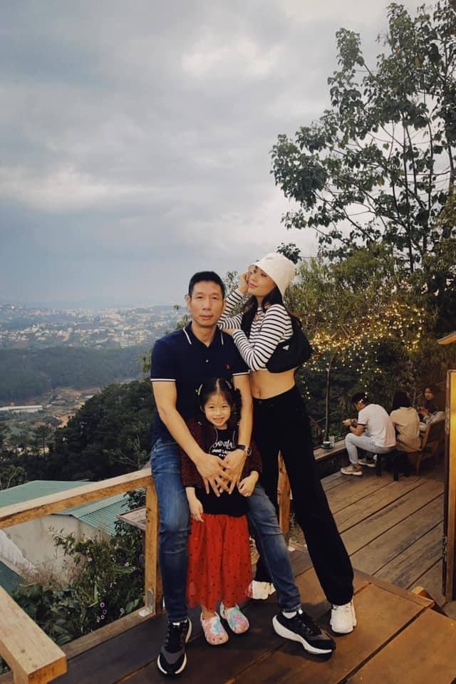"""Alpha Kid 5 tuổi nhà Á hậu Việt Nam diện bikini đôi cùng mẹ khoe chân dài nuột nà, dân mạng xuýt xoa: """"Con nhà tông không giống lông cũng giống cánh"""" - Ảnh 9."""