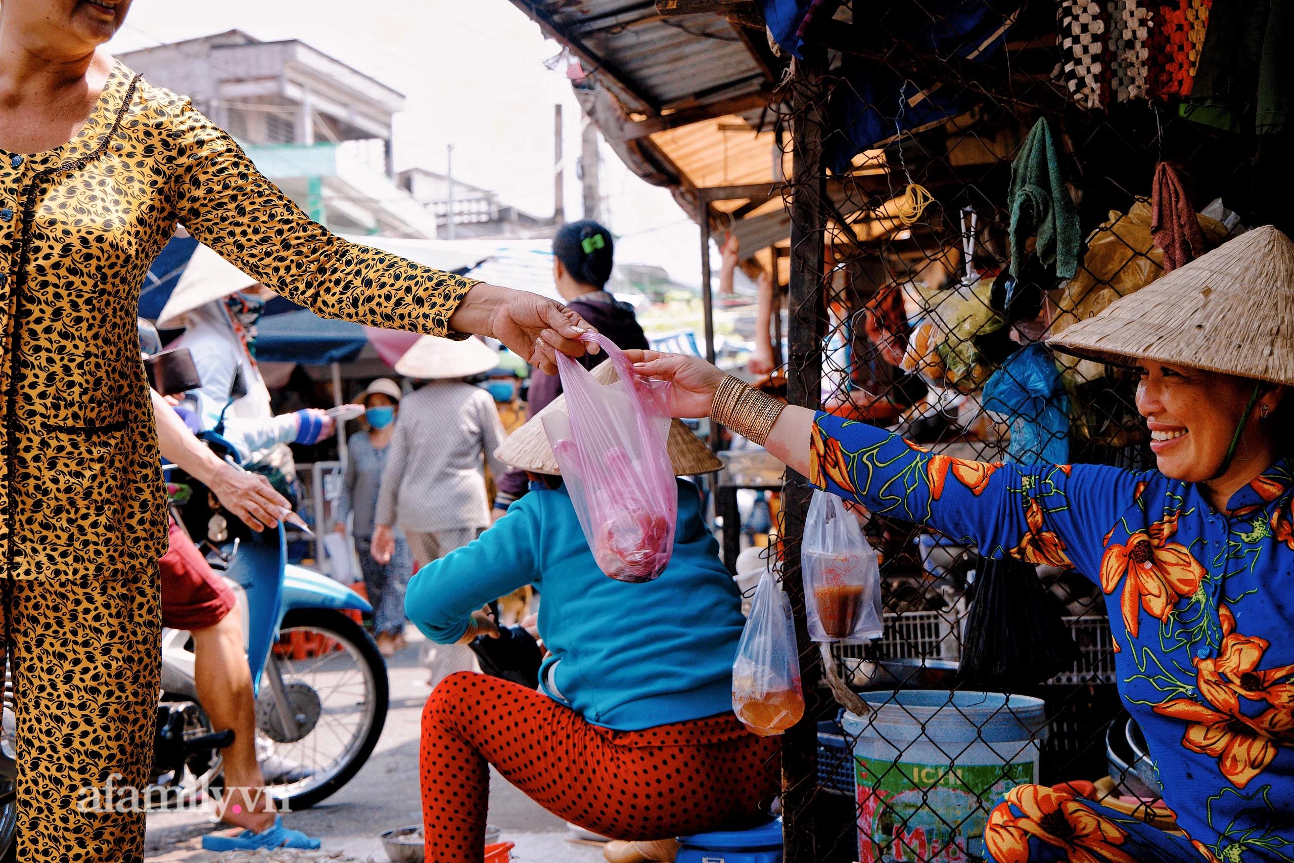"""Hiện tượng """"cuồng Ximen"""" của phụ nữ miền Tây, cứ về quê là bà nào cũng đeo vàng cả khúc, dù bị chê """"quê mùa"""" nhưng mấy ai biết đây lại là xứ xài vàng nhiều nhất Việt Nam! - Ảnh 5."""