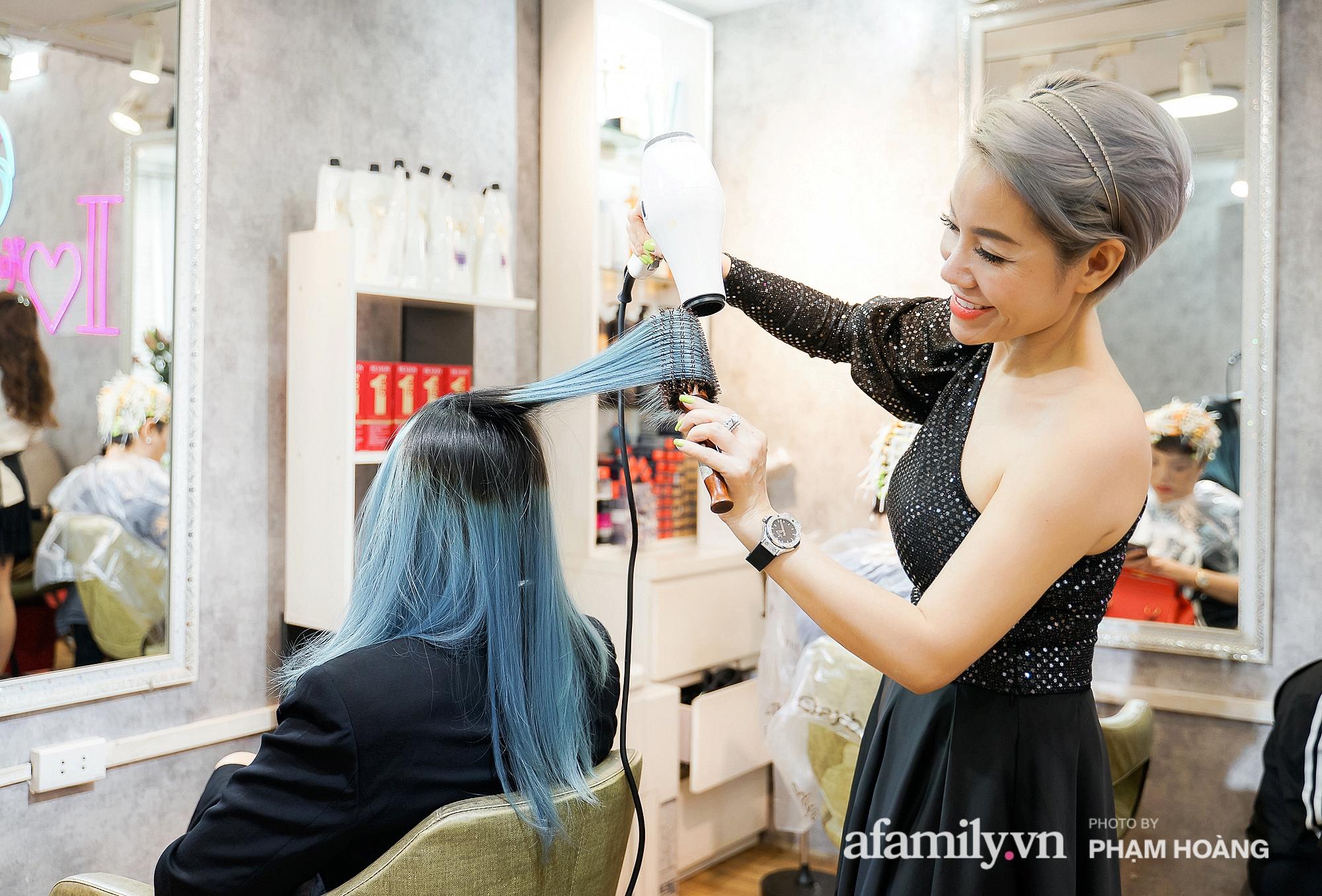 """Hair stylist """"ruột"""" của ca sĩ Bằng Kiều chỉ ra loạt lỗi sai khiến chị em tự làm hỏng tóc tẩy, hướng dẫn cách chăm tóc bóng đẹp mùa hè chỉ với 1,5 triệu đồng - Ảnh 2."""