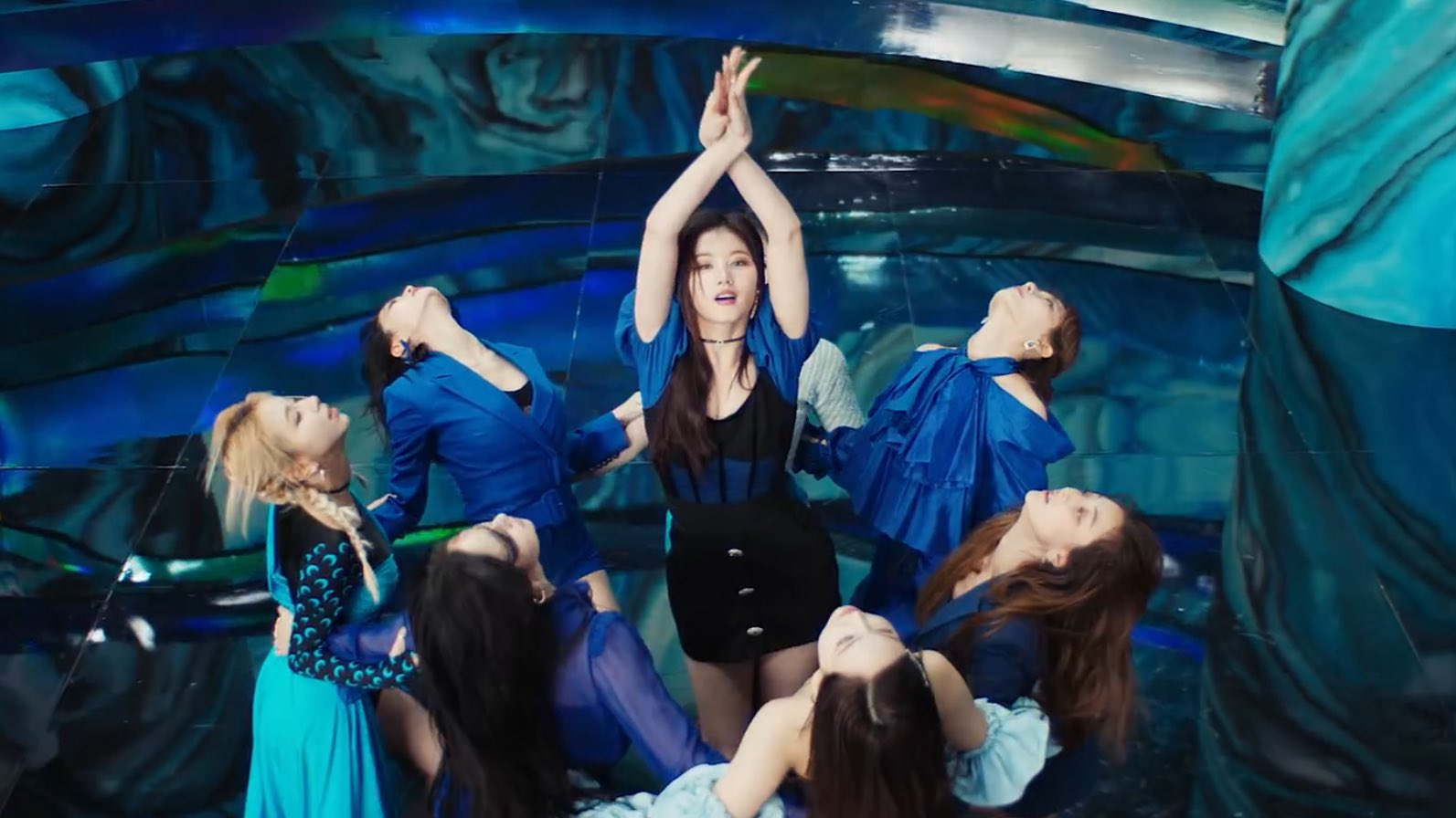"""Stylist của Twice lại bị chê tơi tả khi cắt váy hiệu thành """"váy chợ"""" kém đẹp nhưng lý do thực sự là gì? - Ảnh 2."""