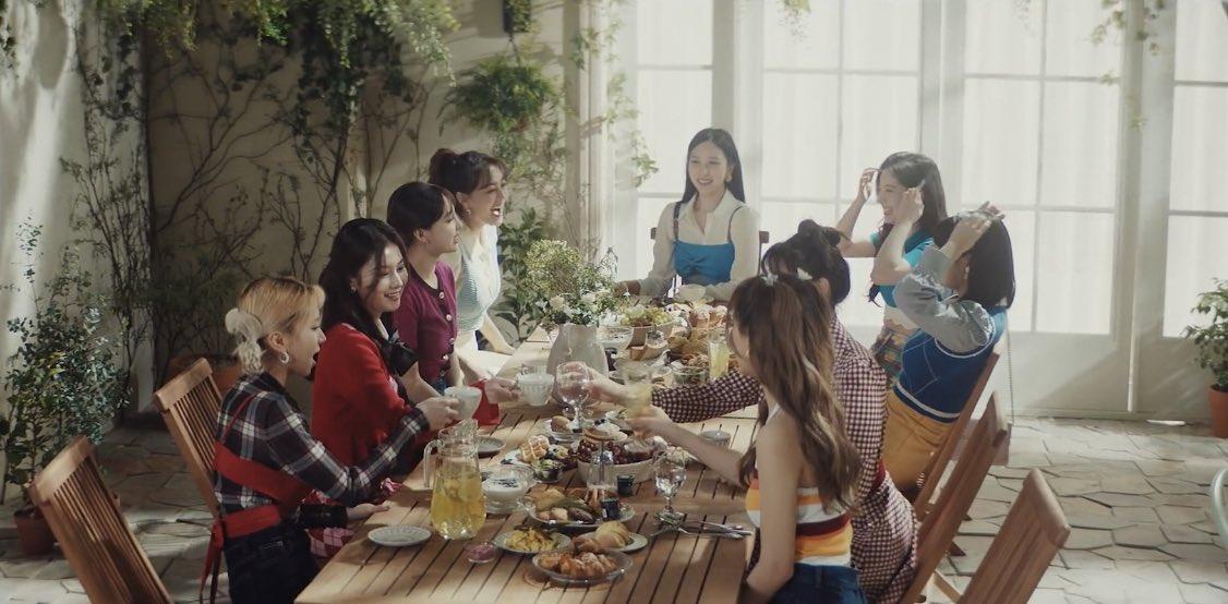 """Stylist của Twice lại bị chê tơi tả khi cắt váy hiệu thành """"váy chợ"""" kém đẹp nhưng lý do thực sự là gì? - Ảnh 1."""