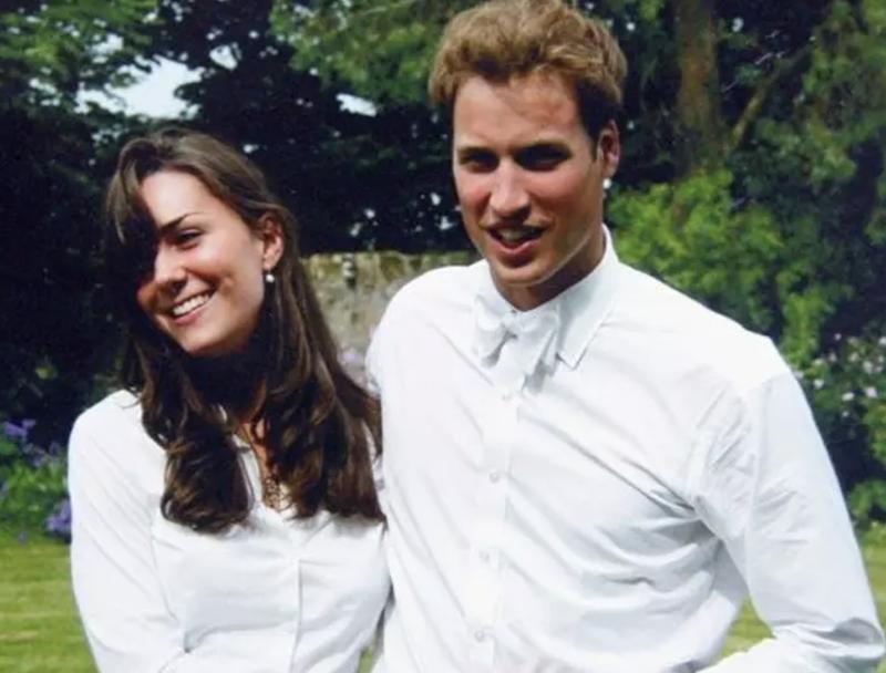 """Hé lộ bộ váy mà Kate Middleton từng mặc 20 năm trước khiến Hoàng tử William """"chết đứ đừ"""": Không phải váy áo thanh lịch, mà là thiết kế xuyên xấu sexy giá chỉ 900k - Ảnh 1."""