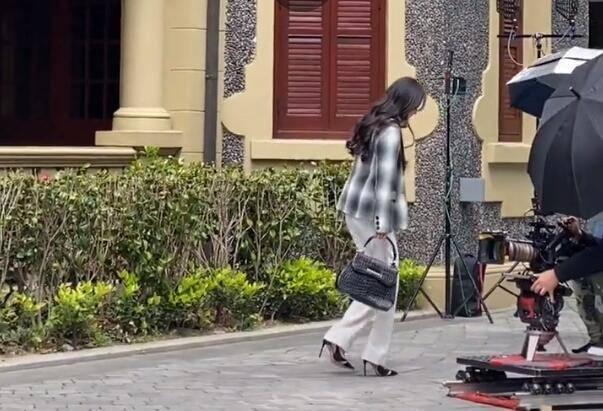 Dương Mịch bị vấp giày cao gót, loạng choạng bước đi khiến fan thót tim vì sắp té ngã - Ảnh 4.
