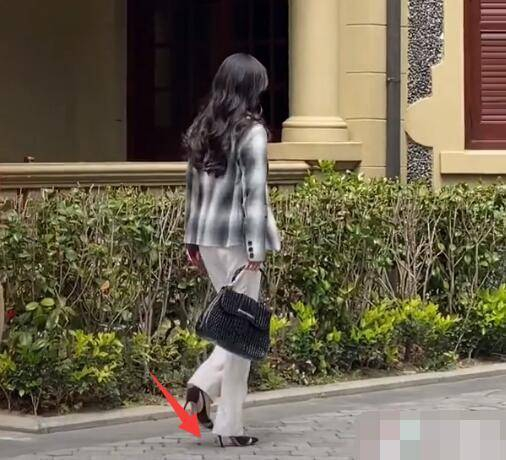 Dương Mịch bị vấp giày cao gót, loạng choạng bước đi khiến fan thót tim vì sắp té ngã - Ảnh 5.