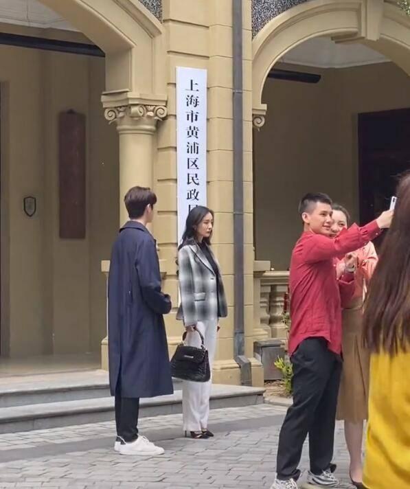 Dương Mịch bị vấp giày cao gót, loạng choạng bước đi khiến fan thót tim vì sắp té ngã - Ảnh 6.